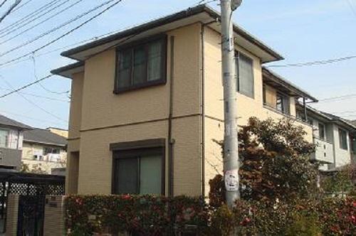 今回は屋根は暑さ対策、外壁は防水対策という日本ではとてもキーワードになる組み合わせでの塗装になりました。屋根をダークグリーンにし、外壁をクリームイエローにする事で自然な調和が取れました(*^_^*)