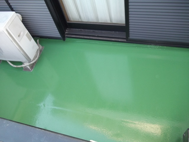 下地調整にカチオンを塗布し、ウレタン防水塗膜を2層、そしてご主人さまが「大好きな緑色」のトップコートで仕上げました。トップコートはお好みでグレー系やベージュ系もあります。