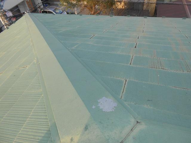 棟のコーキングが切れています。表面には苔が生えており、表面の塗膜が剥離しております。