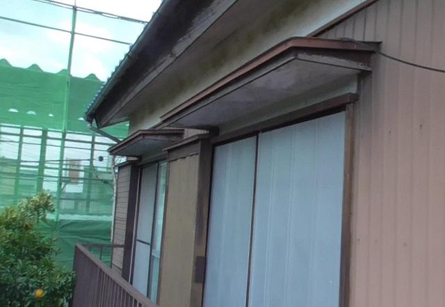 窓庇、戸袋、雨戸と昔ながらの日本の風土に合ったお住いですが、やはり傷みんだところは補修が必要です。今回は戸袋の板金や軒天も張り替えて塗り替えた外壁が引き立つよう化粧直しを行います。