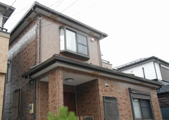 シーリングの打ち替えを行い外壁をクリヤー塗装してデザインサイディングの鮮やかさが引き立ちました。遮熱塗料で塗装した屋根は高い反射率で屋根材の蓄熱を防ぐため、室内温度の上昇を抑えてくれます。