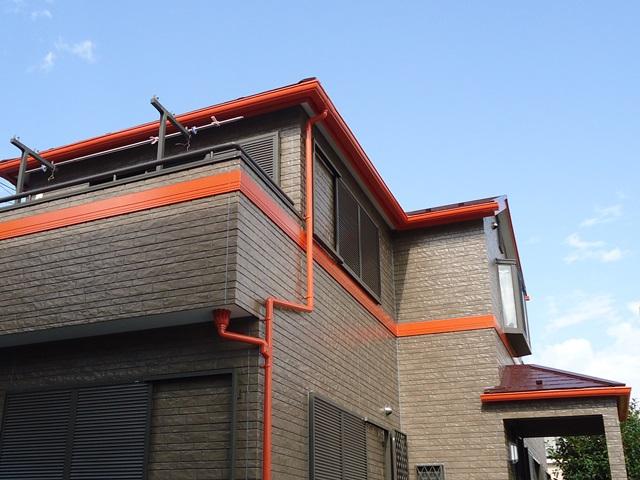 サイディングの継手シーリングを打ち替え、クリヤー塗装で外壁に光沢が戻ってきました。 屋根に使用した塗料は特殊無機顔料で高い遮熱性と耐候性で色彩や光沢を長期間美しく保ちます。