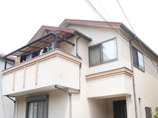 陽当りが良いため外壁や装飾幕板、破風の塗膜劣化が進んでいます。高耐候性で低汚染の塗料でお化粧直しです。屋根は重ね葺き工事を行いますので新築時と同じように仕上がります。