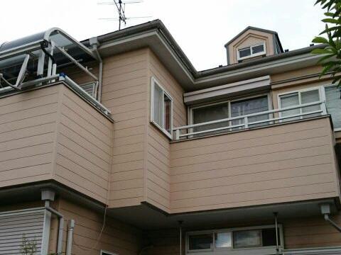 外壁サイディングは、目地のシーリング打ち替えやサッシ周りなどの打ち増しを行ってから塗装を行います。